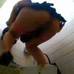 女性がパンティーを脱いだ瞬間に肛門からボタボタと落ちるウンコ
