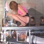 真下に男が横たわる特設トイレで女達の脱糞ショー