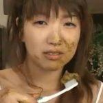 食糞した後に、ウンコつけて歯磨きしてしまう変態女