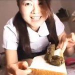 女性がウンチをパンで挟んでサンドイッチにして食糞します【結衣美沙】