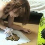 スカトロ好きの女子大生が遂に自分のウンコで遊びだす