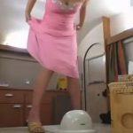 ピンクドレスのド派手キャバ嬢の和式便器脱糞