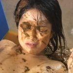 ウンコをぶっかけられ糞塗れになって地獄絵図な女