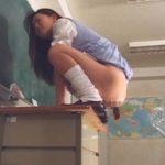 教壇の上から固いウンコする女の子