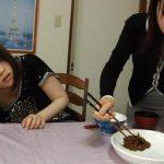 娘「今日の晩御飯な~に~」、母親「お母さんのウンコよ~」【レズスカ】