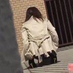 街角で放尿&脱糞した女の子を激撮