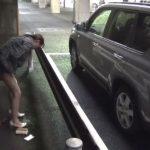 駐車場でハラハラドキドキの野グソ女