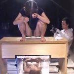 特設便器の底に横たわってる女に大量の糞尿が降り注ぐ!